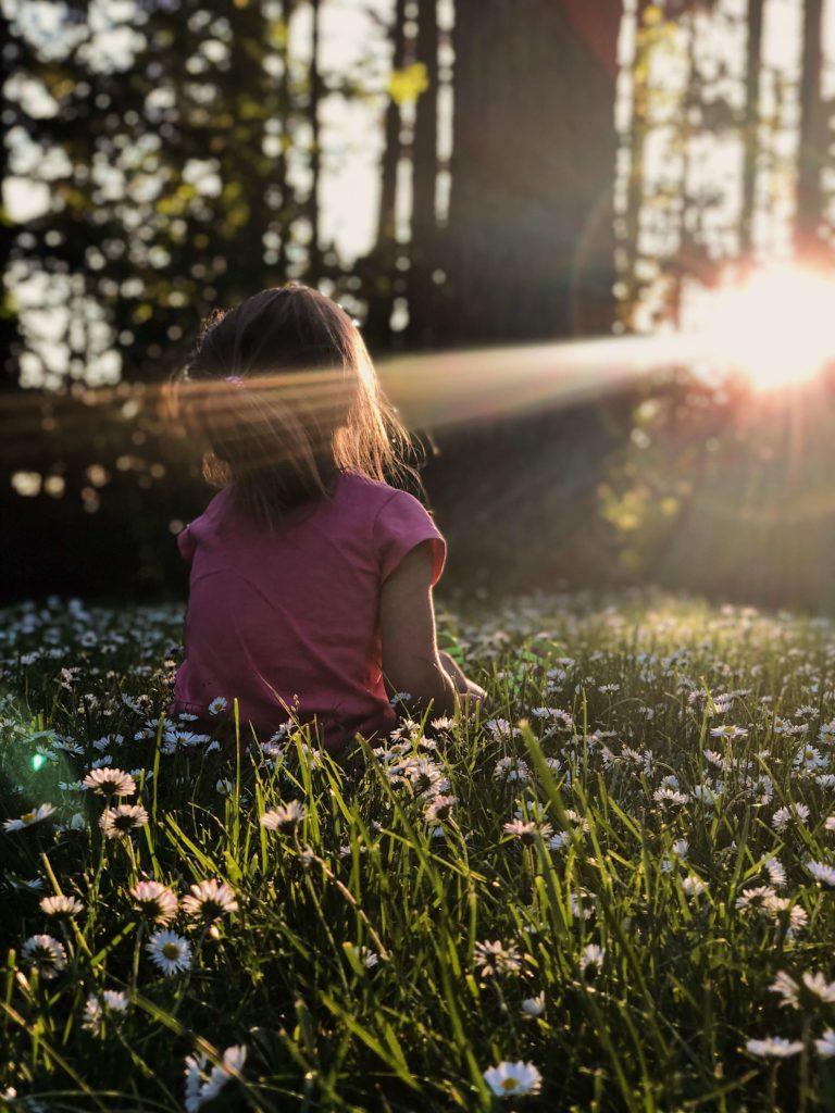 flicka i solljus