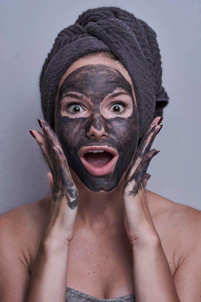 kvinna med svart peelingmask