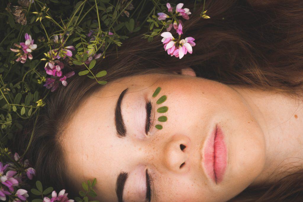 kvinna mec stängda ögon