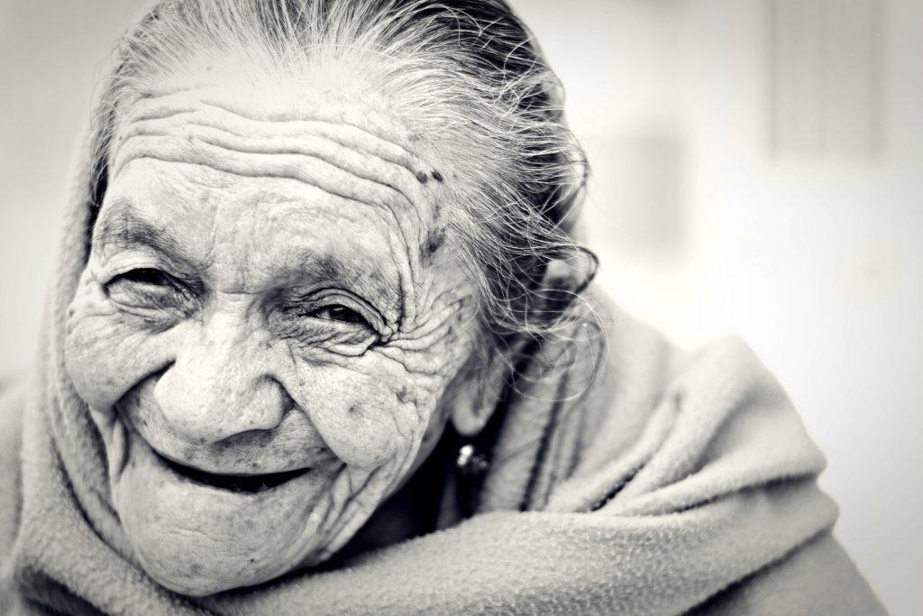 äldre kvinna med påsar under ögonen