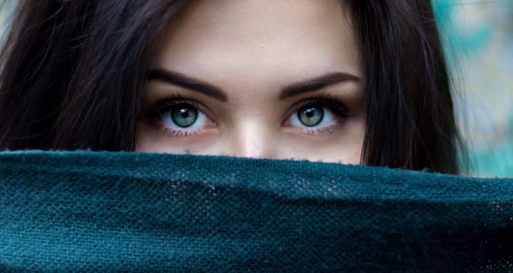 kvinna med blåa ögon