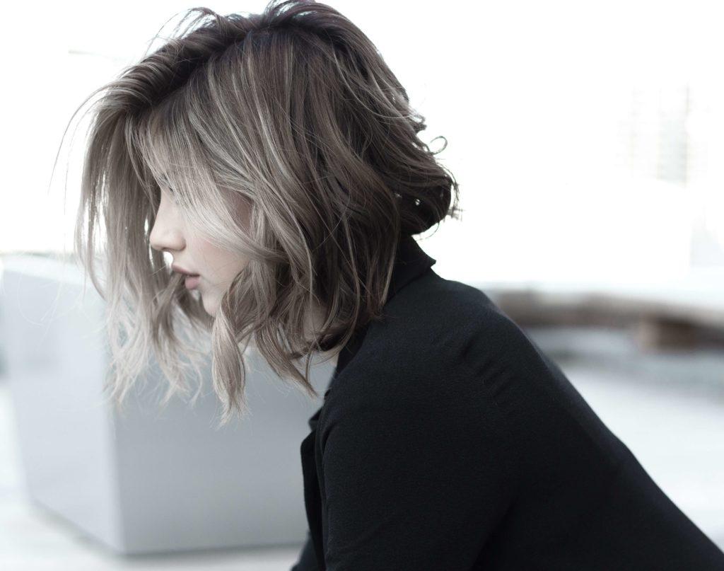 kvinna med kort hår