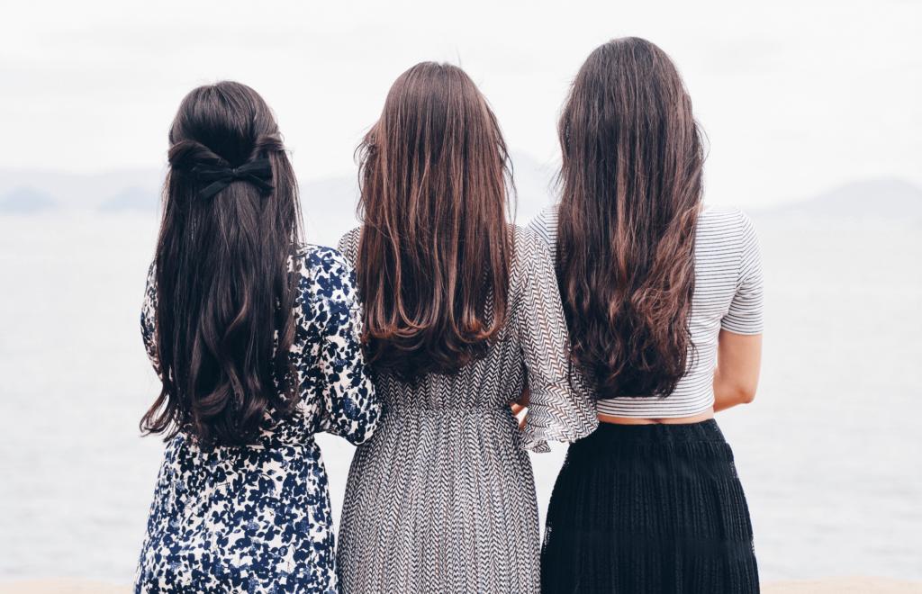 tre kvinnor med ryggen mot kameran